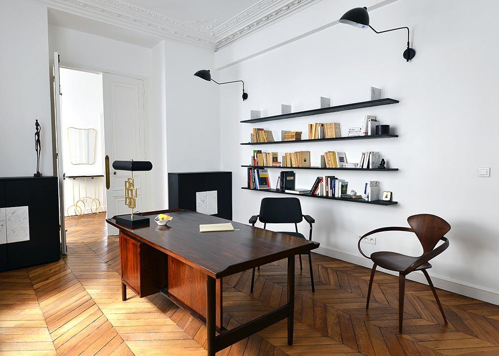 Décoration d'intérieur d'un bureau dans un appartement haussmannien